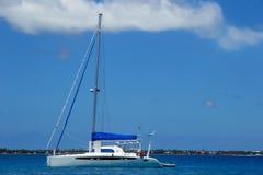 De zeilboot anchired dichtbij Pangaimotu-eiland in Tonga royalty-vrije stock foto's