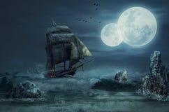 De zeilboot gaat tot over rotsen stock afbeeldingen