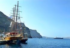 De zeilboot/het schip zijn bij de pijler van het eiland Santorini stock fotografie