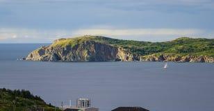 De zeilboot navigeert dichtbij Twillingate-klippen, zeegezicht, landschap, Newfoundland, Atlantisch Canada Royalty-vrije Stock Fotografie