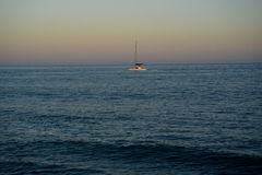 De zeilboot onder macht maakt tot het manier aan haven Stock Foto