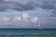 De zeilboot van de luxe op overzees Stock Afbeelding