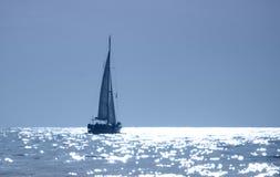De Zeilboot van de zonsondergang Stock Afbeeldingen