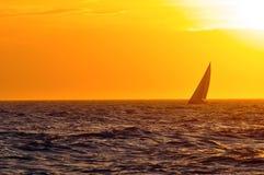 De zeilboot van de zonsondergang Stock Afbeelding
