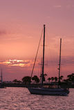 De zeilboot van de zonsopgang Stock Afbeeldingen