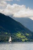 De zeilboot in Zell am ziet, Oostenrijk Stock Foto