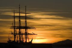 De zeilbootsillouette 01 van de zonsondergang royalty-vrije stock fotografie