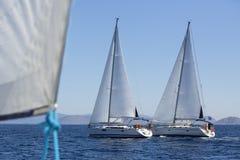 De zeilboten nemen aan het varen regatta deel royalty-vrije stock afbeelding