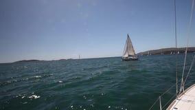 De zeilboten nemen aan het varen regatta deel luxe stock footage
