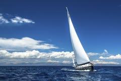 De zeilboten nemen aan het varen regatta deel Rijen van luxejachten bij jachthavendok royalty-vrije stock foto