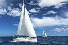 De zeilboten nemen aan het varen regatta deel sailing yachting stock afbeeldingen
