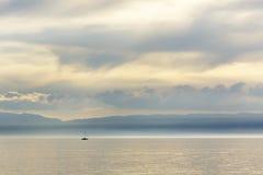 De zeilboten op het meer wordt gezien in de verre afstand Royalty-vrije Stock Foto