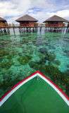 De zeilen van de boot met glashelder water Royalty-vrije Stock Afbeeldingen