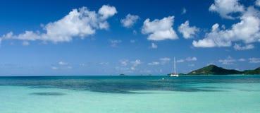 De zeilen van de catamaranboot in Jolly Harbor stock foto's