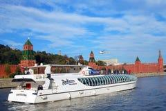 De zeilen van een cruiseschip door de muren van Moskou het Kremlin Royalty-vrije Stock Foto