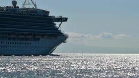 De zeilen van een cruiseschip in de zonsondergang aangezien het de Haven van Vancouver verlaat stock videobeelden