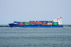 De zeilen van het containerschip uit aan overzees die de haven van Rotterdam, Nederland verlaten stock fotografie