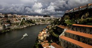De Zeilen van het cruiseschip langs de Douro-Rivier stock foto's