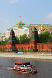 De zeilen van het cruiseschip op de rivier van Moskou Stock Foto's