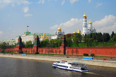 De zeilen van het cruiseschip op de rivier van Moskou langs Moskou het Kremlin Stock Afbeeldingen