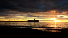 De zeilen van het cruiseschip op de zonsondergangachtergrond stock video