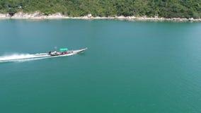 De zeilen van de motorboot in het overzees Het landschap van de schoonheidsaard thailand Hommelvideo 4K stock video