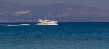 De zeilen van de motorboot voorbij in de afstand, Kreta Griekenland stock afbeelding