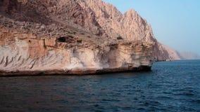 De zeilen van de schipreis langs Musandam-schiereiland, Sultanaat van Oman, Golf van Oman stock footage