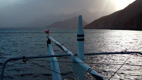 De zeilen van de schipreis langs Musandam-schiereiland, Sultanaat van Oman, Golf van Oman stock video