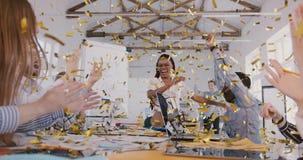 De zekere Afrikaanse Amerikaanse onderneemster viert succes met confettien, gelukkig jong multi-etnisch team op vergadering stock video