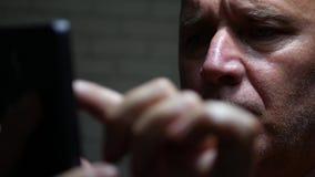 De zekere Internetverbinding van Businessperson Text Using Smartphone stock footage