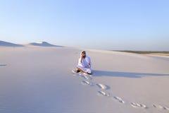 De zekere mannelijke bouwer van de Emiraat spreekt op cellulair met klant, Stock Afbeelding