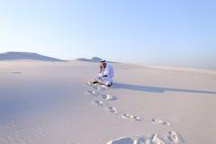 De zekere mannelijke bouwer van de Emiraat spreekt op cellulair met klant, Stock Foto's
