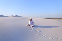 De zekere mannelijke bouwer van de Emiraat spreekt op cellulair met klant, Royalty-vrije Stock Afbeelding