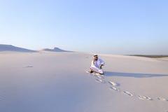 De zekere mannelijke bouwer van de Emiraat spreekt op cellulair met klant, Royalty-vrije Stock Afbeeldingen