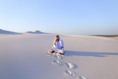 De zekere mannelijke bouwer van de Emiraat spreekt op cellulair met klant, Stock Fotografie