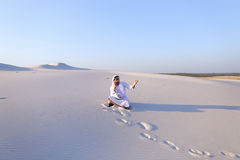 De zekere mannelijke bouwer van de Emiraat spreekt op cellulair met klant, Royalty-vrije Stock Foto