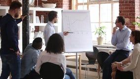 De zekere sprekersbus geeft collectieve presentatie op whiteboard op vergadering stock video