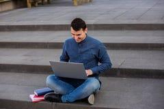 De zekere student navigeert op vrij Internet stock foto's