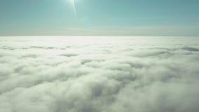 De zeldzame vroege mist van de ochtendwinter over de stadshorizon van de overzeese baai en de wolkenkrabbers vóór zonsopgang stock video