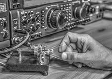 De zendontvanger van de hoge frequentie radioamateur in zwart-wit stock fotografie