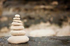 De Zenstenen, achtergrondoceaan, zien, plaatsen voor de perfecte meditatie Stock Foto's