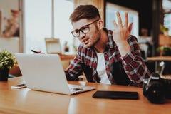 De zenuwachtige Freelancer-Werken aangaande Laptop ver stock fotografie