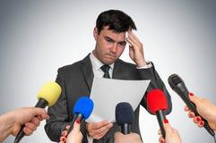 De zenuwachtige mens zweet, hij bang van openbare toespraak stock afbeeldingen