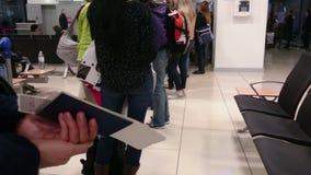 De zenuwachtige mensen die in lange rij op paspoort wachten controleren bij douanecontrolepost stock video
