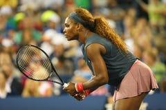 De zestien keer Grote Slagkampioen Serena Williams tijdens eerste ronde dubbelen past met teammate Venus Williams aan bij US Open Stock Fotografie