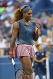De zestien keer Grote Slagkampioen Serena Williams tijdens eerste ronde dubbelen past met teammate Venus Williams aan bij US Open Stock Afbeelding