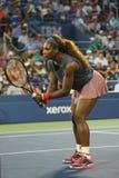 De zestien keer Grote Slagkampioen Serena Williams tijdens eerste ronde dubbelen past met teammate Venus Williams aan bij US Open Royalty-vrije Stock Afbeeldingen