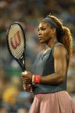 De zestien keer Grote Slagkampioen Serena Williams tijdens eerste ronde dubbelen past met teammate Venus Williams aan bij US Open Stock Foto
