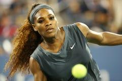 De zestien keer Grote Slagkampioen Serena Williams tijdens zijn eerste ronde dubbelen past met teammate Venus Williams aan bij de  Stock Afbeelding